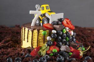 Торт для ребенка с трактором и ягодами